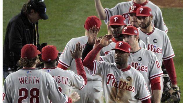 Basballisté Philadelphie se radují z vítězství v prvním utkání Světové série proti NY Yankees.