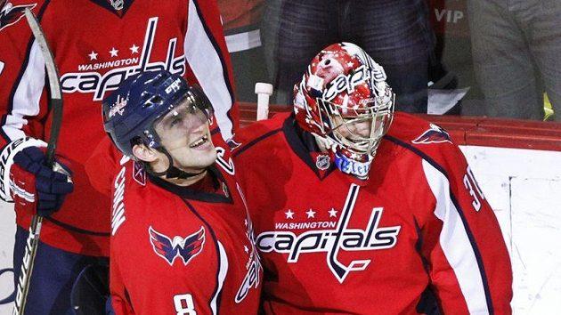 Brankář Washingtonu Michal Neuvirth (vpravo) oslavuje s Alexandrem Ovečkinem jeho vítězný gól v duelu s NY Islanders.