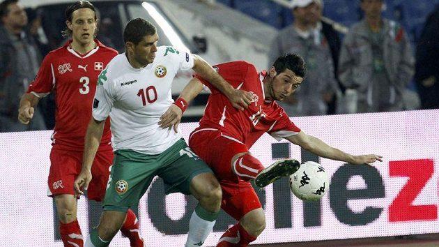 Bulhar Dimitar Makriev (uprostřed) v souboji se Švýcary Blerim Dzemailim (vpravo) a Reto Zieglerem.