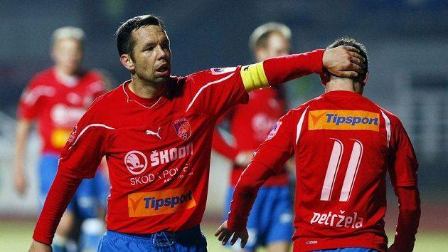 Plzeňský Pavel Horváth povzbuzuje svého spoluhráče Milana Petrželu.