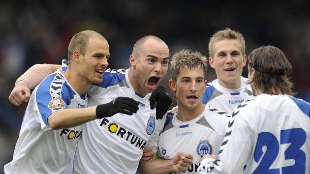 Autor gólu Liberce Jan Nezmar (druhý zleva) se raduje se spoluhráči.