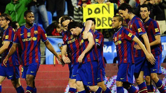 Barcelónští spoluhráči oslavuji svou hvězdu Lionela Messiho.