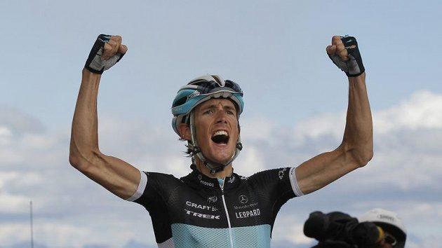 Lucemburčan Andy Schleck se raduje z triumfu v královské etapě Tour de France. V sobotní časovce bude hájit žlutý trikot vedoucího jezdce Tour.