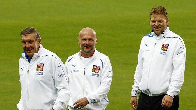 Trenér Michal Bílek (uprostřed) od doktora Krejčího (vlevo) slyšel, že Rosického zdravotní stav se lepší.