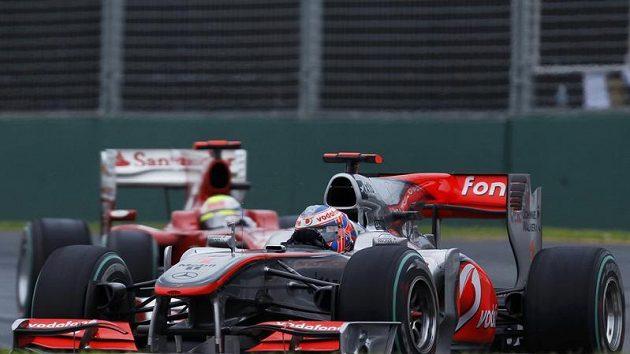 Pilot McLarenu Jenson Button na trati v Melbourne.