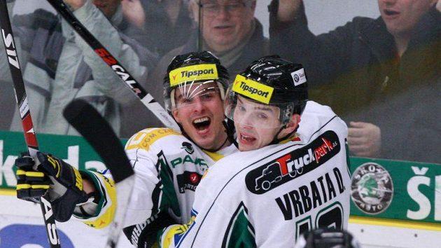 Michal Tvrdík (vlevo) se raduje se svým spoluhráčem z Mladé Boleslavi Davidem Vrbatou z branky.
