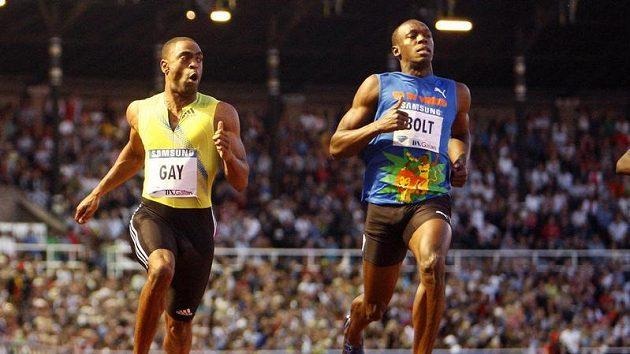 Americký sprinter Tyson Gay (vlevo) probíhá cílovou rovinkou v závodě ve Stockholmu před světovým rekordmanem Usainem Boltem z Jamajky.
