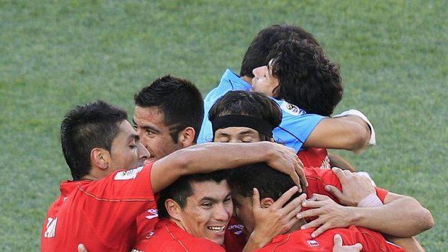 Hráči Chile se radují ze vstřeleného gólu.