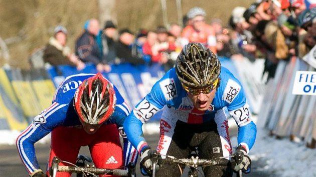Juniorským mistrem světa v cyklokrosu se 30. ledna v Táboře stal Tomáš Paprstka (vpravo). Vlevo je Francouz Julian Alaphilippe, který skončil druhý.
