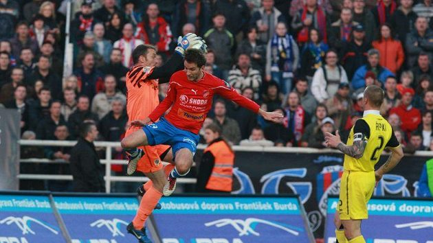 Před plzeňským Markem Bakošem sbírá míč ze vzduchu brankář Sparty Jaromír Blažek. Přihlíží Tomáš Řepka.