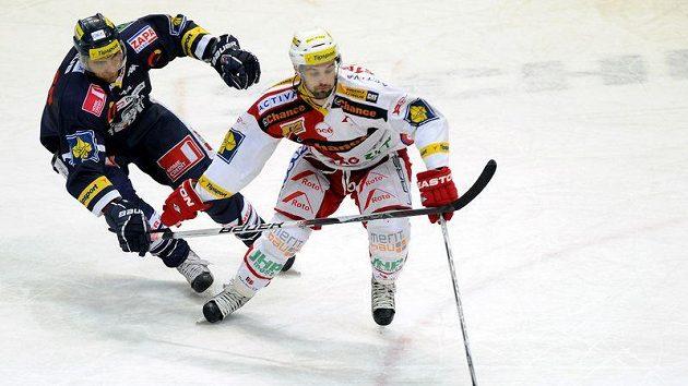 Liberecký útočník Lukáš Vantuch (vlevo) bojuje o puk s útočníkem Slavie Tomášem Svobodou. Vyrovnaný duel nakonec rozhodl v prodloužení Petr Jelínek.