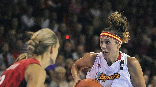Španělská basketbalistka Amaya Valdemorová (vpravo) se snaží prosadit přes českou hráčku Petru Kulichovou.
