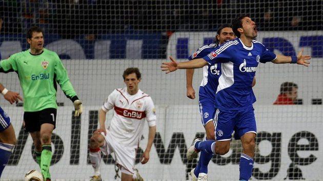 Fotbalisté Schalke Edu (druhý zprava) a Kevin Kuranyi oslavují gól vstřelený Stuttgartu.