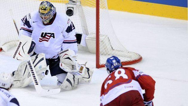 Jaromír Jágr střílí gól do sítě USA ve čtvrtfinále MS. Ty Conclin byl proti jeho ráně bezmocný.