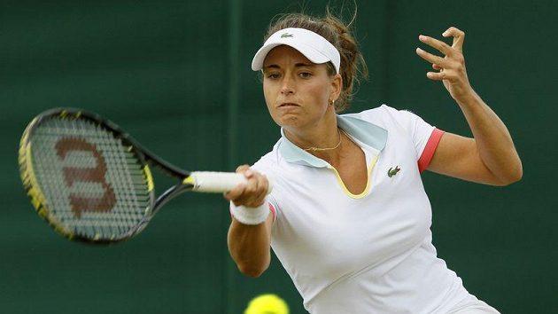 Petra Cetkovská v duelu s Polkou Radwaňskou. Nasazenou třináctku ve Wimbledonu překvapivě vyřadila.