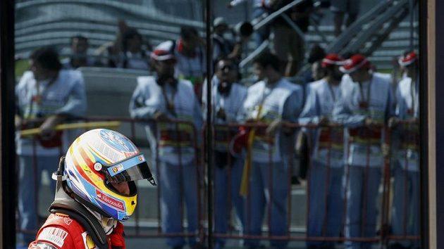 Pilot Ferrari Fernando Alonso prochází paddockem po Velké ceně Turecka v Istanbulu.