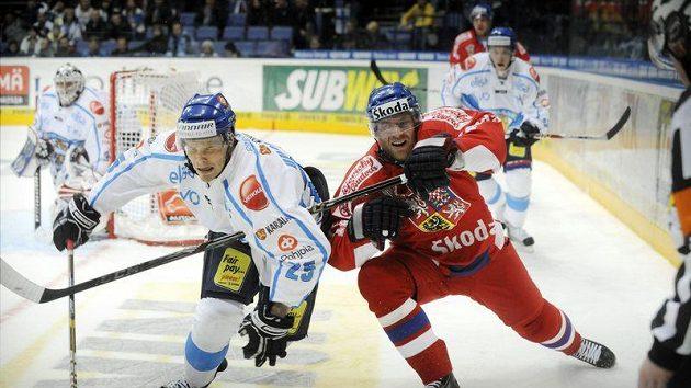 Finský hokejista Ville Uusitalo (vlevo) se přetlačuje s Jiřím Novotným v utkání Euro Hockey Tour ve Finsku.