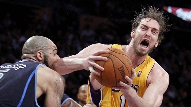Velký podíl na výhře Lakers měl Pau Gasol (vpravo).