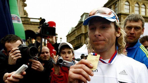 Pavel Nedvěd po doběhu Pražského půlmaratónu.