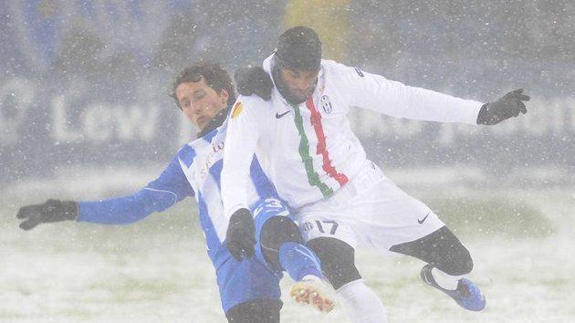 Armand Traore (vpravo) z Juventusu ve sněžné bitvě s poznaňským Marcinem Kikutem.