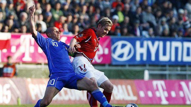 Tomáš Hübschman (vpravo) v souboji s Mariem Frickem z Lichtenštejnska v kvalifikačním utkání v Českých Budějovicích.
