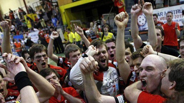 Mistrovská radost s pořadovým číslem 14. Florbalisté Tatranu Střešovice slaví finálový triumf nad FBC Ostrava.