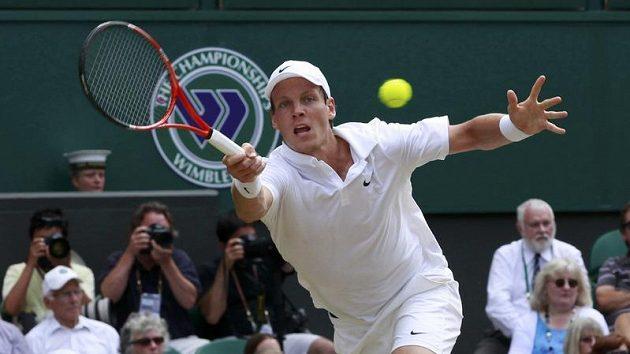 Tomáš Berdych vrací těžký míč ve wimbledonském semifinále s Novakem Djokovičem.