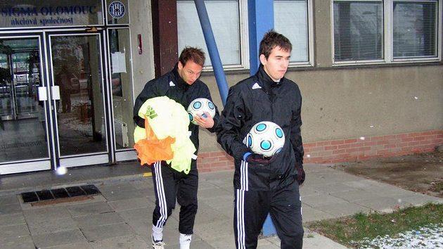 Olomoučtí fotbalisté Tomáš Hořava (vpředu) a Jakub Petr vyrážejí na první trénink.