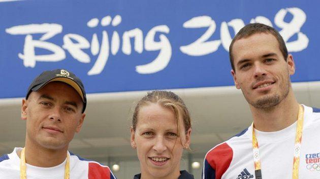 Čeští reprezentanti (zleva) Rostislav Vítek, Jana Pechanová (oba dálkové plavání) a Martin Verner (plavání) před plaveckým stadiónem v Pekingu - ilustrační foto