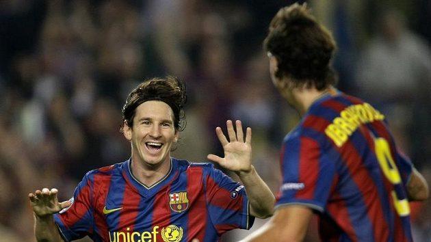 Radost fotbalistů Barcelony Lionela Messiho (vlevo) a Zlatana Ibrahimoviče z gólu do sítě Dinama Kyjev v utkání Ligy mistrů