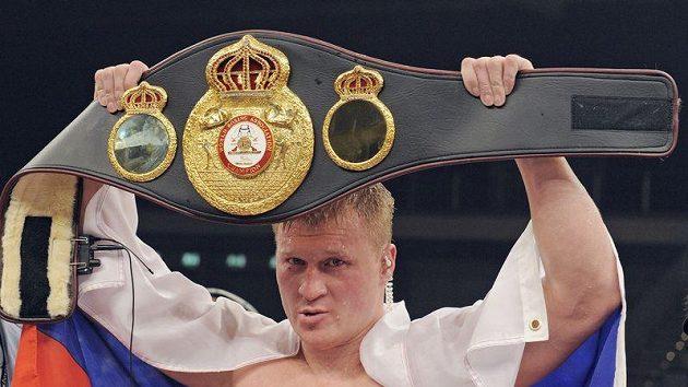 Rus Alexander Povětkin s pásem pro nejlepšího boxera v těžké váze organizace WBA.
