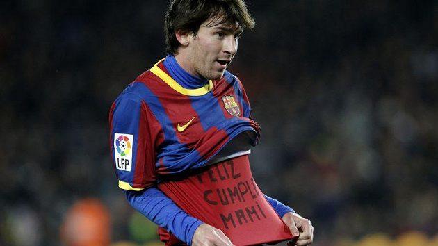 """""""Všechno nejlepší mami"""", ukazuje na tričku do kamer Lionel Messi."""