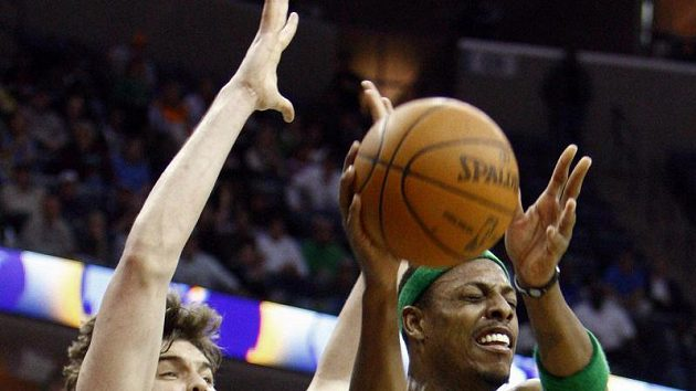 Basketbalista Bostonu Paul Pierce (vpravo) se prodírá přes hráče Memphisu Marca Gasola.