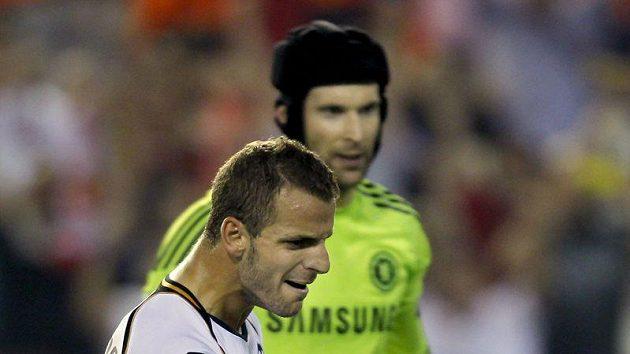 Roberto Soldado z Valencie (vpředu) se raduje z branky, kterou z penalty vstřelil brankáři Chelsea Petru Čechovi.