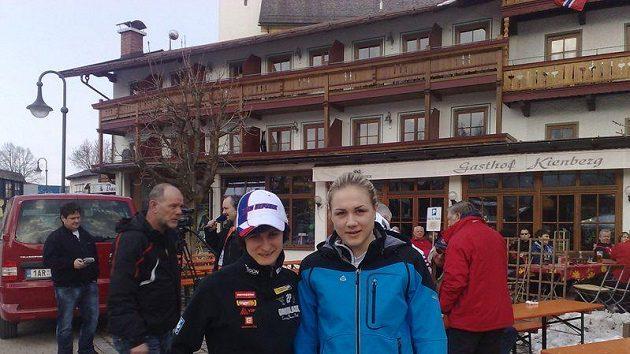 Martina Sáblíková (vlevo) s Karolínou Erbanovou vyrážejí na trénink v dějišti MS v rakouském Inzellu.