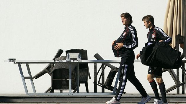 Fotbalisté Bayernu Mario Gomez (vlevo) a Thomas Müller přicházejí na trénink místo tradiční návštěvy Oktoberfestu