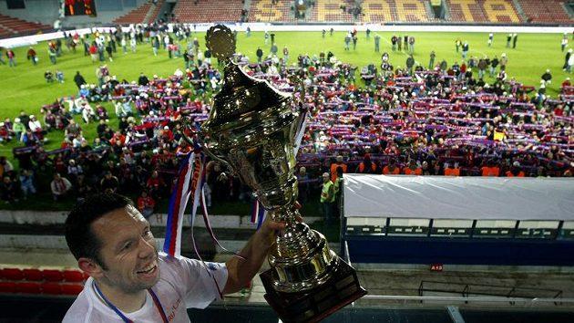 Kapitán Pavel Horváth ukazuje trofej pro vítěze Ondrášovka Cupu nadšeným plzeňským fanouškům.