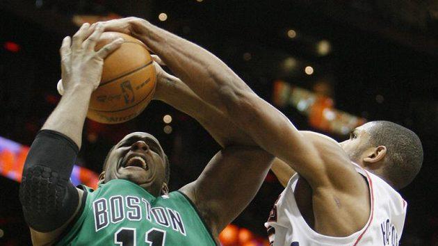 Basketbalista Bostonu Glen Davis v zápase s Atlantou.