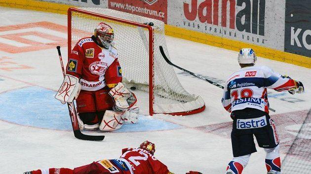 Martin Bartek (vpravo) střílí první gól Pardubic brankáři Slavie Miroslavu Kopřivovi (vlevo vzadu) přes obránce Slavie Tomáše Hertla.