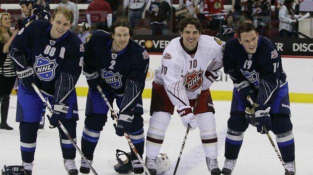 Hokejisté Chicaga Patrick Kane (88) a Duncan Keith (2), pózují spolu s Patrickem Sharpem (10) a Jonathanem Toewsem po utkání All-Star Game.