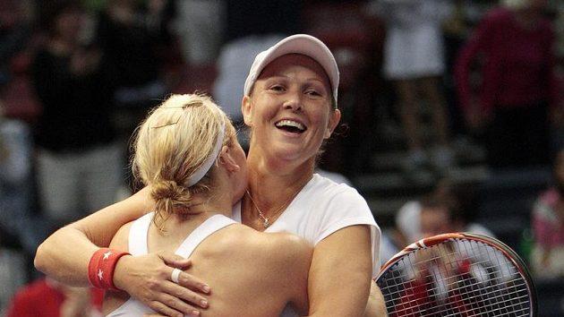 Liezel Huberová (vpravo) se raduje s Bethanií Mattekovou-Sandsovou po vítězství ve čtyřhře s Ruskami.