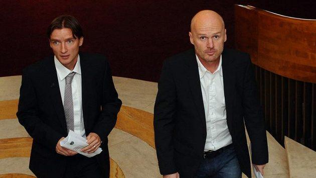 Trenér fotbalové reprezentace Michal Bílek (vpravo) a manažer Vladimír Šmicer