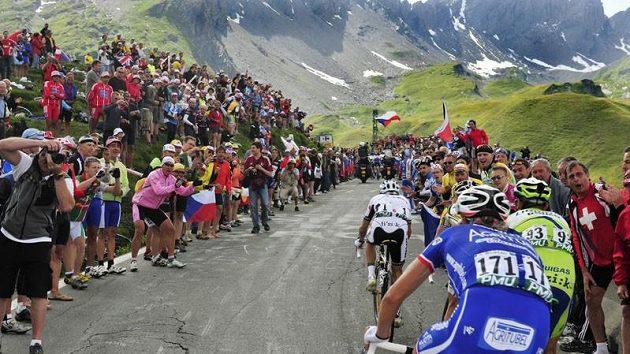 Tour de France se ani v příštím roce nepojede v původně plánovaném termínu (archivní foto)