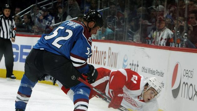 Valtteri Filppula z Detroitu padá před obráncem Colorada Adamem Footem