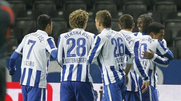 Fotbalisté Herthy Berlín se radují z branky do sítě Leverkusenu.