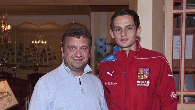 Záložník Mario Holek (vpravo) s Miroslavem Bauerem, který se o české reprezentanty ve Vaduzu stará.