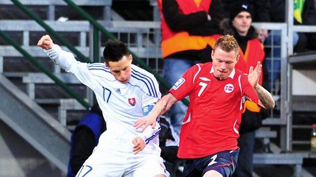 Slovák Marek Hamšík (vlevo) brání Björna Helgeho Riiseho z Norska v přípravném utkání.