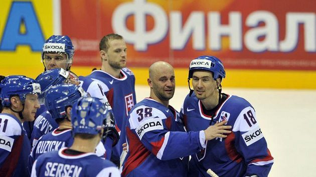 Pavol Demitra (druhý zprava) se slovenskými spoluhráči.