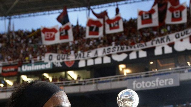 Ronaldinho s trofejí pro vítěze.