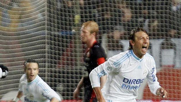 Gabriel Heinze z Olympique Marseille se raduje z branky.